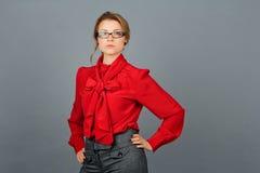 Frau in der roten Bluse und in den Gläsern Stockbild