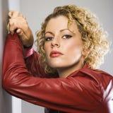 Frau in der roten Jacke. Stockbild