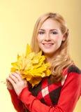 Frau in der roten Strickjacke   Lizenzfreie Stockbilder