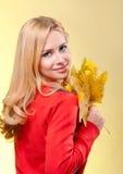 Frau in der roten Strickjacke Stockfotos
