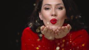 Frau in der roten Strickjacke auf schwarzem Hintergrund stock footage