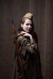 Frau in der russischen Militäruniform mit Gewehr Weiblicher Soldat während des zweiten Weltkriegs Stockfotografie
