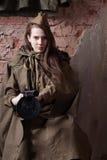 Frau in der russischen Militäruniform schießt ein Gewehr Weiblicher Soldat während des zweiten Weltkriegs lizenzfreie stockfotografie