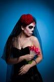 Frau in der Schädelgesichts-Kunstschablone Allerseelen Stockfotos