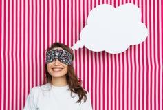 Frau in der Schlafenmaske mit Spracheblase Stockbild