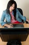 Frau an der Schreibtischfunktion stockfoto