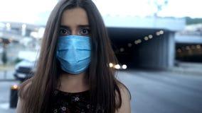 Frau in der Schutzmaske in der Stadt mit verunreinigter Luft, Epidemie, zerstreute Krankheit stockfotos