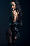 Frau in der schwarzen Ausstattung im Studio Lizenzfreie Stockfotos