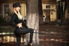 Frau in der schwarzen Kleidung lizenzfreie stockfotografie
