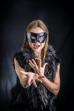 Frau in der schwarzen Maskenausführung Stockfoto