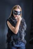 Frau in der schwarzen Maskenausführung Lizenzfreies Stockfoto