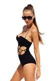 Frau in der schwarzen Sonnenbrille und im Badeanzug, die goldenes Armband mit dem Haar wirft trägt oben, auf lokalisiertem weißem Lizenzfreie Stockbilder