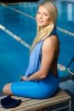 Frau in der Schwimmenklage nahe Pool Lizenzfreie Stockbilder