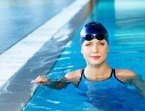 Frau in der Schwimmenklage nahe Pool Lizenzfreie Stockfotografie