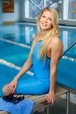 Frau in der Schwimmenklage nahe Pool Stockfotos