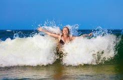 Frau in der Seewelle stockbild