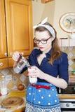Frau an der sexy Klage gießen Kaffee Stockbilder