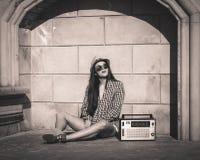 Frau in der Sommerstadt Stockfotografie
