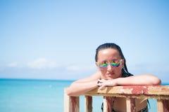 Frau in der Sonnenbrille auf sonnigem Meerblick in St Johns, Antigua Lizenzfreie Stockfotos
