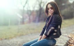Frau in der Sonnenbrille - draußen Porträt stockbild