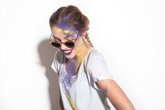 Frau in der Sonnenbrille in Holi-Pulver lizenzfreie stockbilder