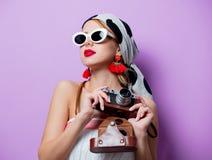 Frau in der Sonnenbrille mit Kamera Stockbilder