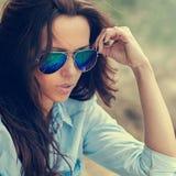 Frau in der Sonnenbrille Modeporträtabschluß im Freien oben lizenzfreie stockbilder