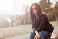 Frau in der Sonnenbrille - Porträt im Freien stockfoto