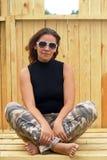 Frau in der Sonnenbrille und in der Tarnung Lizenzfreie Stockbilder