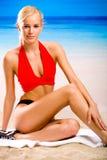 Frau in der Sportkleidung auf Strand Stockfotografie