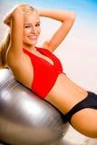 Frau in der Sportkleidung auf Strand Lizenzfreies Stockbild
