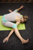 Frau in der Sportkleidung, die Yoga tut stockfotos