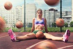 Frau in der Sportkleidung mit Basketballball Stockfoto