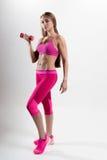 Frau in der Sportkleidung nimmt an Eignung teil Im Handhalten Stockfotografie