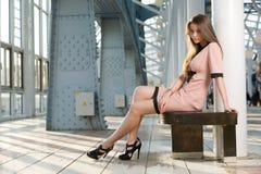 Frau an der Stadt lizenzfreie stockbilder