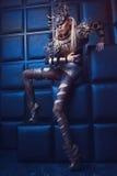 Frau in der Stahlkostüm- und Kopfabnutzung Stockbilder