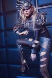Frau in der Stahlkostüm- und Kopfabnutzung Stockfotografie