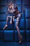 Frau in der Stahlkostüm- und Kopfabnutzung Lizenzfreie Stockfotos