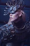 Frau in der Stahlkostüm- und Kopfabnutzung Stockbild
