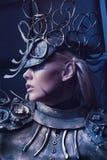 Frau in der Stahlkostüm- und Kopfabnutzung Lizenzfreie Stockfotografie