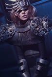 Frau in der Stahlkostüm- und Kopfabnutzung Stockfotos