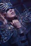 Frau in der Stahlkostüm- und Kopfabnutzung Lizenzfreies Stockbild