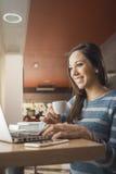Frau an der Stange unter Verwendung eines Laptops Lizenzfreie Stockfotos