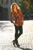 Frau in der Straße Stockfotos