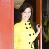 Frau in der Tür lizenzfreie stockbilder