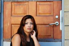Frau an der Tür Lizenzfreie Stockfotografie