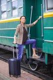 Frau an der Tür eines alten Railcar Stockfoto