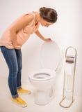 Frau in der Toilette Stockbild