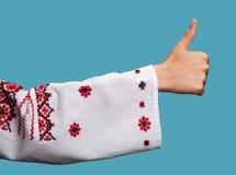 Frau in der ukrainischen nationalen Kleidung zeigt Symbol-O.K. Lizenzfreie Stockbilder