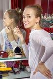 Frau in der Umkleidekabine Lizenzfreie Stockbilder